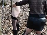 Miss exhibe une soumise dans les bois