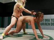 Laski uprawiają wrestling
