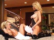Dwie cycate blondyny w akcji