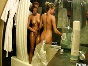 Cycate lesby pod prysznicem