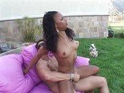 Seks na kanapie w ogrodzie