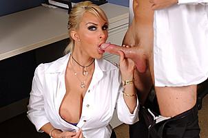 Gorąca blondynka suka szef wymaga więcej od swojego pracownika