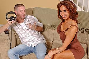 Napalona brunetka pieprzy na kanapie