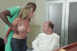 Blondynka ssie wielki czarny kogut podczas gdy jej mąż zegarki
