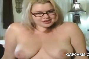 Napalone busty blond mamuśki masturbates na cam