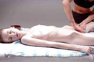 Emil kwitną dostaje masaż pochwy po jednej ciała